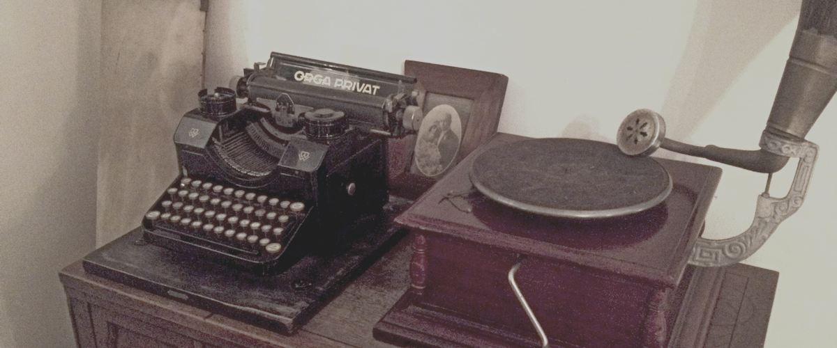 מכונת כתיבה ישנה ופטיפון ידני